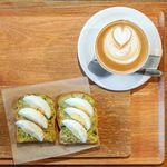 ザ ロウワー イースト ナインホステル - 料理写真:アボカドエッグトースト、ホワイト