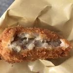まるや肉店 - 菊坂コロッケ120円。玉ねぎの甘みと塩、コショーだけで味をつけた(と思います)シンプルなものですが、私の好みにぴったりです(╹◡╹)
