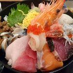 魚盛 - 魚盛 丸の内店 @大手町 11種の魚介類が盛り込まれる ランチ 魚盛海鮮丼