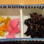 魚盛 - 丸の内店 @大手町 ランチ 魚盛海鮮丼に付くヒジキ煮と漬物