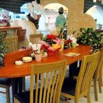 愛媛漱石 - 店内は明るいカジュアルレストラン風