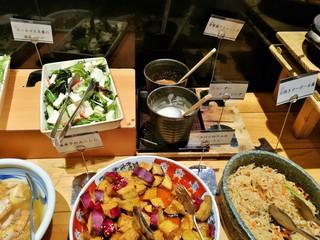 咲くら 大阪マルビル店 - 甘辛い味付けがご飯に合う切干大根やさつま芋のみたらし、サラダのドレッシングは2種類