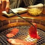 焼肉ホルモン 山水縁 - 熱源をとらえて丁寧に肉を焼くレア肉奉行