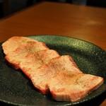 焼肉ホルモン 山水縁 - 厚切り生タン塩