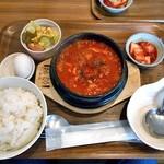 コッテジ - 料理写真:牡蠣入り豆腐チゲ ランチセット(激辛・ご飯大盛り)
