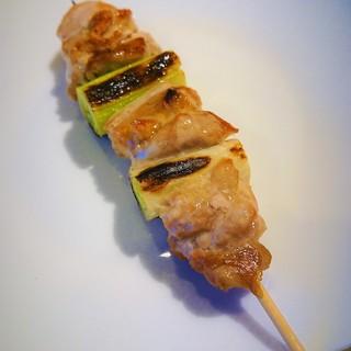 滋賀県産近江鶏を使用。引き締まった肉質の旨みがクセになる!