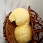 メロン・ドゥ・メロン - チョコチョコメロンパンにカスタードアイス