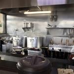 ラーメン 源絆家 - 広くて明るい厨房は見ていて気持ちが良いですね