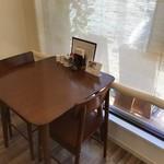 ブウロ珈琲店 - 2人掛けテーブル席は2卓あるのですが、ひっきりなしにお客様が来られていました(2018.12.27)