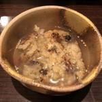 穴子家 NORESORE - 焼おにぎりに鍋のスープ投入。