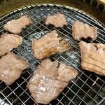 焼肉ばんばん - 牛タン焼く