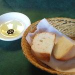 クチーナ・パパ - パスタランチ1050円に付くパン(バルサミコをつけても美味しい)