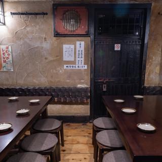 昭和の雰囲気漂うノスタルジックな店内。椅子席のお座敷も