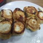 大榮餃子房 - 小籠包のような焼餃子具沢山でやす。
