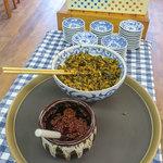 西谷家 - お店の真ん中にセルフの辛味噌と辛子高菜。