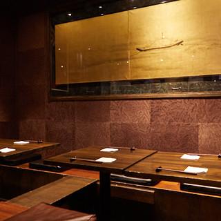 夜景の見える半個室は人気。酒好きの方はカウンターで店主が応対