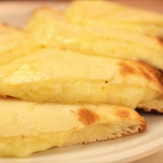 『チーズナン』etc…いろんな味の『ナン』が食べられる!