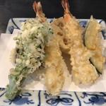 99204330 - 天ぷら盛合せ。海老2本、ナス、レンコン、ブロッコリー、カボチャ。