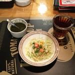 インド料理店グローリー&バー - 日替りランチ(¥650+税)のサラダとドリンク(氷なしウーロン茶)、左上がダニヤ(オリジナルの辛味ソース)