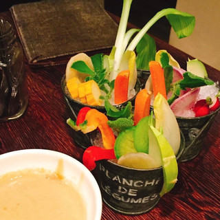 一度に11種の野菜がとれる*野菜ソムリエ厳選のバーニャカウダ
