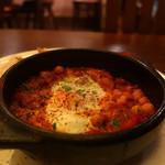 ワイン食堂tapa tapa - 生ソーセージとひよこ豆のフラメンカエッグアップ
