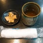 手打ちそば いけ善 - 最初にお茶とおしぼりと蕎麦チップス?が出されました。