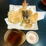 手打ちそば いけ善 - 天ぷら盛り合わせは、海老2本・なす・ししとう・椎茸・鱚・さつまいも・ヤングコーン・野菜のかき揚げといった内容です。