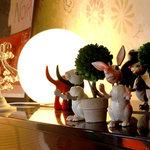 マークオレ・カフェ - アップライトピアノの上の人形
