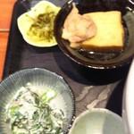 むちゃく - 小鉢とお漬け物(小鉢は厚揚げと鶏肉の煮物、ツナと春菊のマヨネーズ和え)