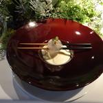 99224679 - カリフラワーのピューレスープ  リンゴと黒トリュフ入り 上に、銀杏の葛饅頭