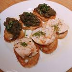 99229388 - クリームチーズとスモークサーモンのクロスティーニ &トスカーナ風 鶏レバーの煮込みのクロスティーニ