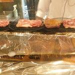 99244615 - 比内地鶏のもも肉を炭火で炙っているところ