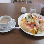 恋Cafe 恋するパンケーキ - 料理写真:少々待つと注文したフレッシュフルーツパンケーキとコーヒーのセット1300円の出来上がりです。