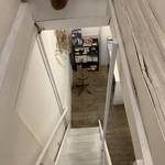 寺崎コーヒー - 階段の上から下を