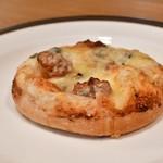 ラ ブティック ドゥ ジョエル・ロブション - 4種チーズのフォカッチャ@税込432円