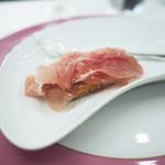 99274712 - パルマ黒豚で作られた最高のクラテッロ・ジベッロ(クラテッロ・ネロ)と北イタリアのピエモンテの良質な発酵バターと平焼きパンの組み合わせ