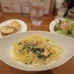 バール ワン - サーモンとほうれん草のクリームソース 780円(大盛り無料)