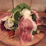 99287109 - 本日の季節野菜とイタリア直送水牛モッツァレラチーズのがっつりサラダ! イタリア産生ハムをのせて