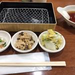 天ぷらめし 福松 - お総菜3点。セルフで用意されています。白菜の漬物を3皿いただきました(╹◡╹)
