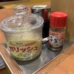99288712 - 2018/12 卓上にある漬物は以前はあの黄色の「タクアン(沢庵)」だったと思いましたが、ガリだけではなく、大根なんかも入っている甘酢のお漬物/生姜の「ガリ」と大根の「ラディッシュ」をもじった「ガリッシュ」というモノになってたのだ