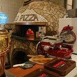 99291778 - この薪窯でピッツァがどんどん焼かれていきます(^^)