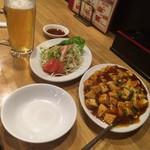 餃子王 - 麻婆豆腐とサラダ