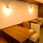 中華菜館 水晶 - 白と深い木の色が基調の落ち着いた色調でまとめています。