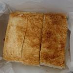 99305281 - こんがり焼かれたパンも美味しいエビサンド