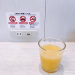 ラウンジ讃岐 - ドリンク写真:オレンジジュースと電源