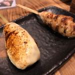 焼鳥 炎家 - チーズつくねと塩つくね。時たま粗挽きのコリッとした感触が楽しい。塩加減はちょうど良かった