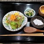 赤坂 和寿 - まずは、サラダ、小鉢、香の物、生卵