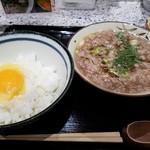 赤坂 和寿 - 生卵をご飯に乗せて準備中