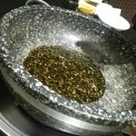 99318883 - 石鍋に胡麻油を投入