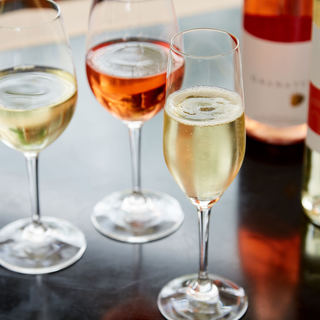 ワインセラーには、120種類以上に及ぶワインが並びます